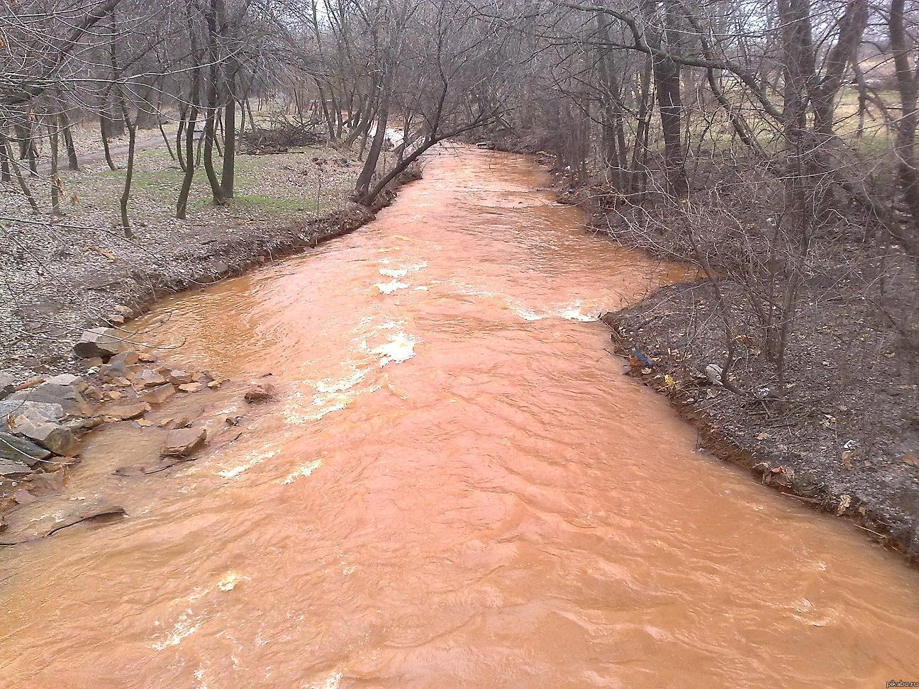 А у вас в городе есть рыжая речка? Вот, есть такое чудо в городе Запорожье. Даже страшно подумать, кто в ней живет :-0