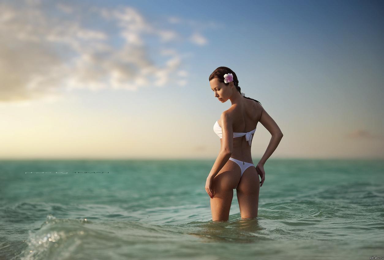 Фото девушек в белом купальнике у моря