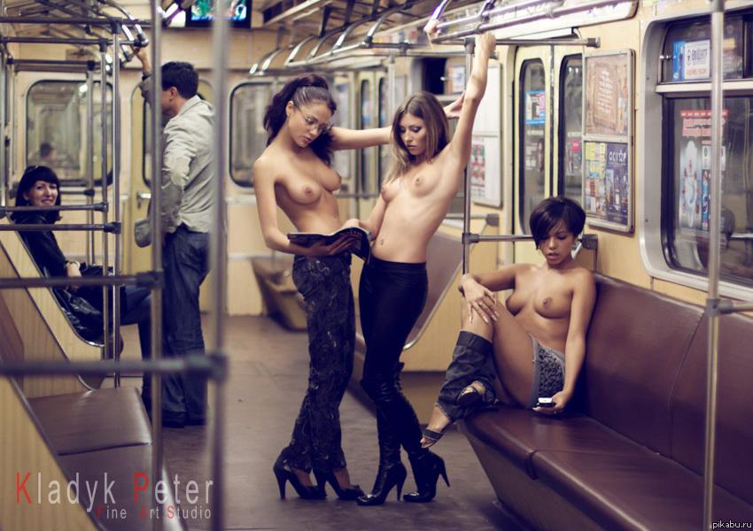 фото голых девушек в метро