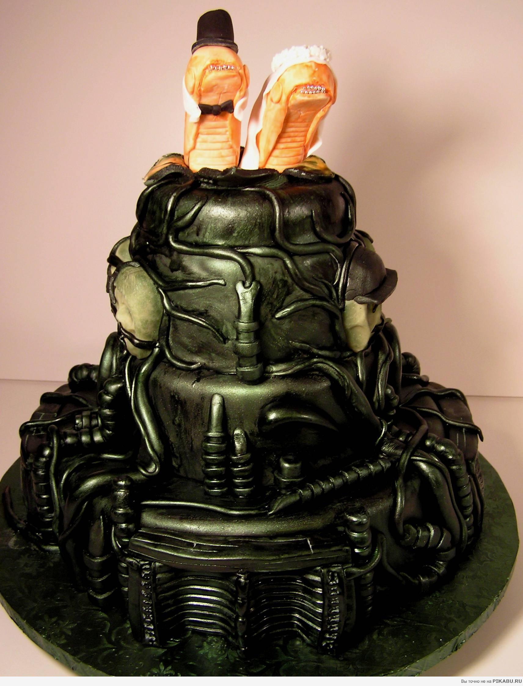 Самый неаппетитный свадебный торт в мире возник под впечатлением от работ швейцарского сюрреалиста Ганса Руди Гигера...