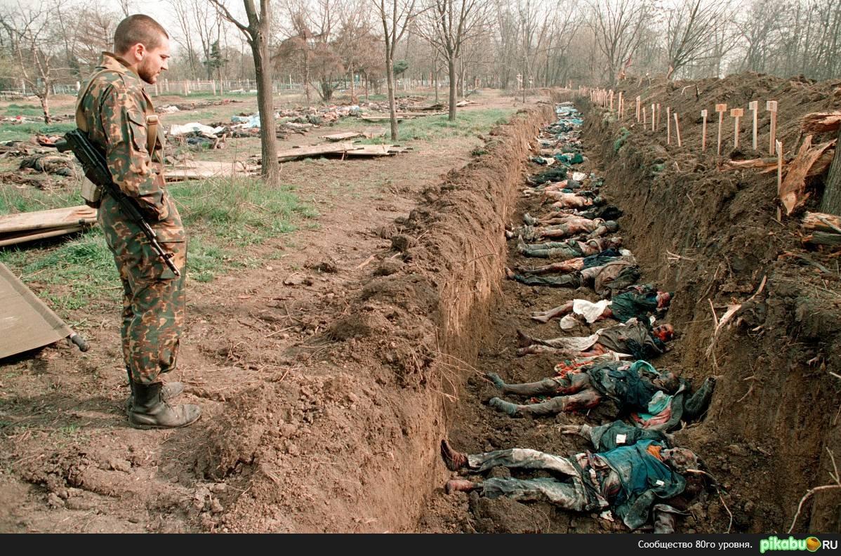 Март 1995. Грозный. русское кладбище. перезахоронение мирных жителей, собранных в городе после зимы.