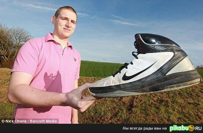 Именно таким размером обуви обладает человек с самой большой ступнёй в.