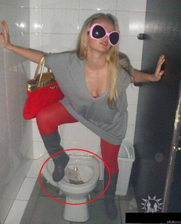 Девушки в туалете справляют нужду
