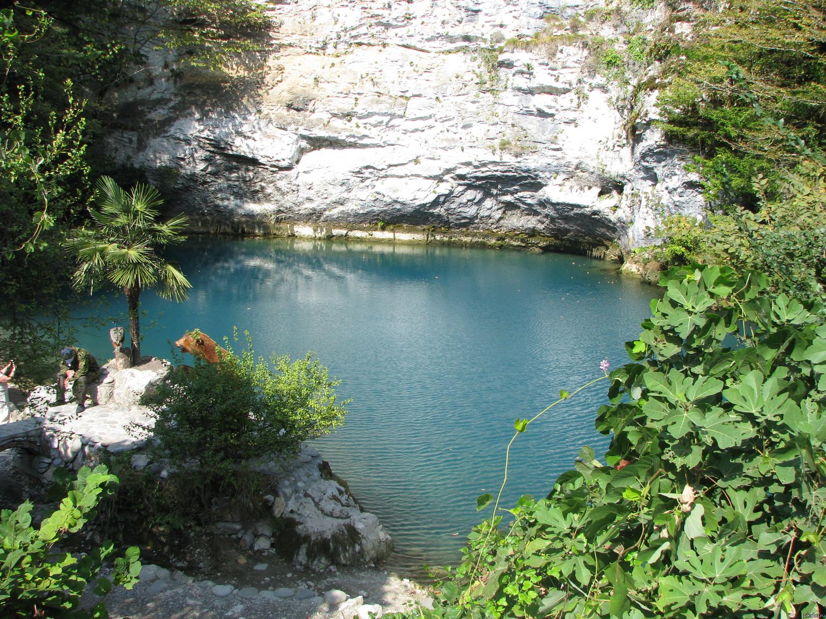 Абхазия. Голубое озеро Озеро голубое, удивительно яркого цвета, который не блекнет и не темнеет даже в самую ненастную погоду.
