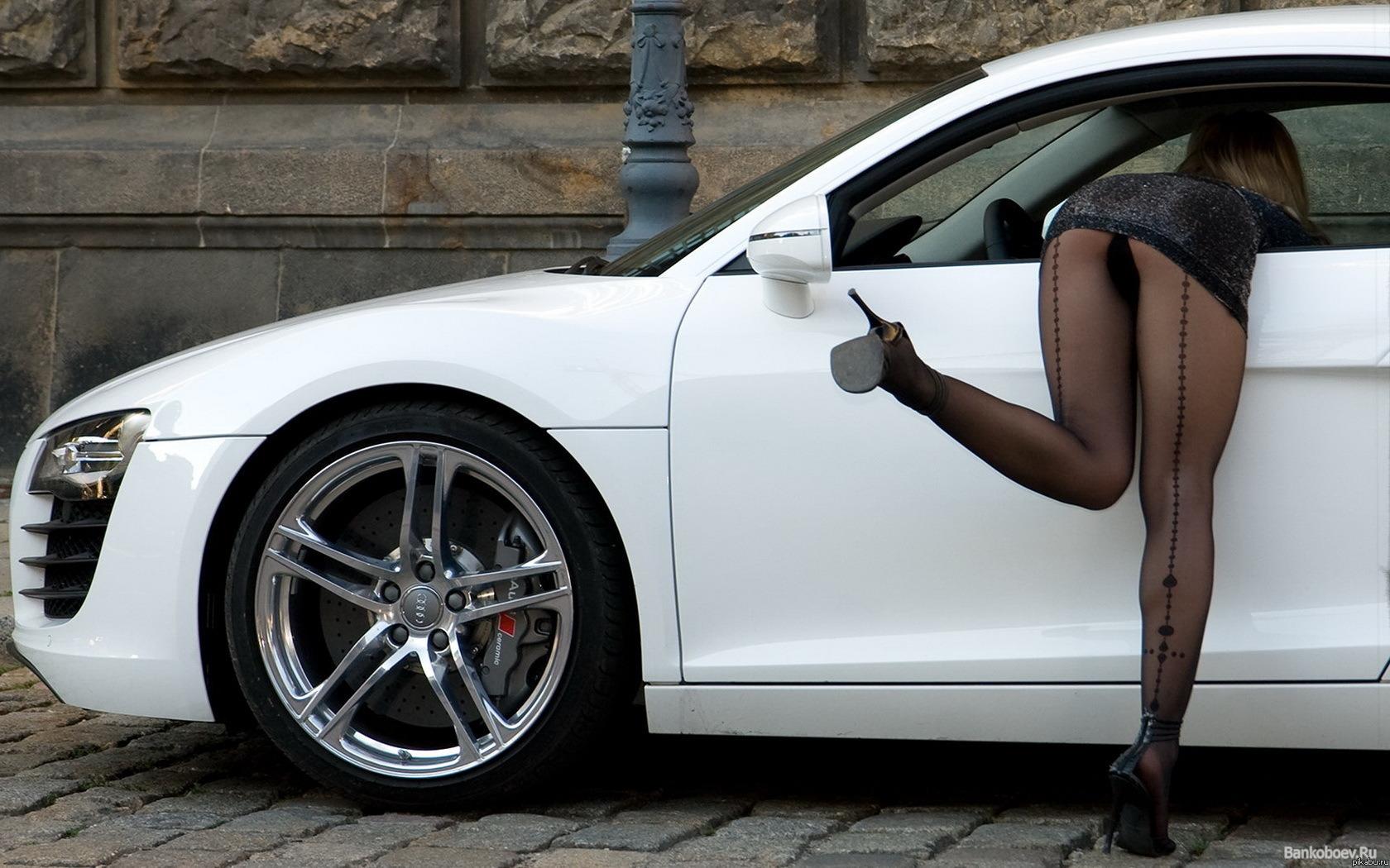 Сексуальная брюнетка на шпильке за рулем автомобиля 16 фотография