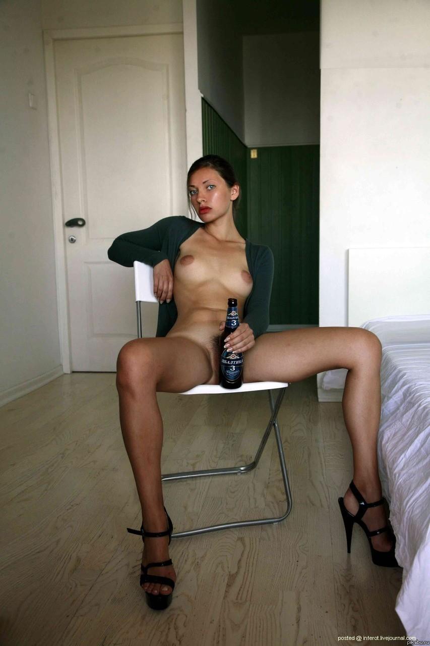 Голая девушка с пивом