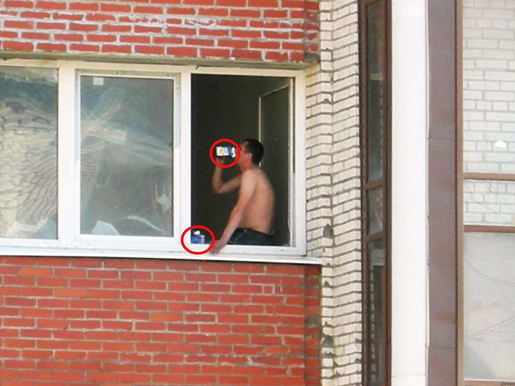 Дядя подсматривает в окно за раздетой соседкой