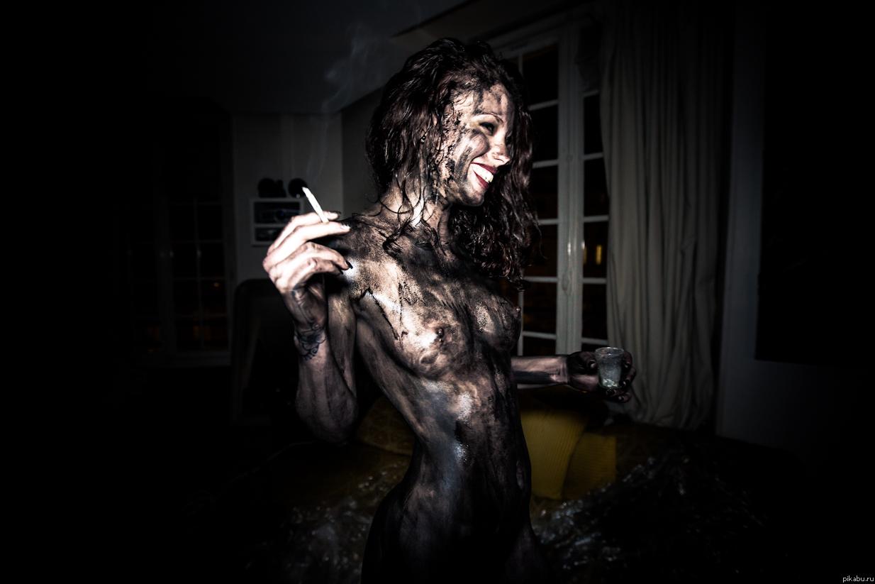 фото красивая девушка держит табличку и та написана красиваму толясику