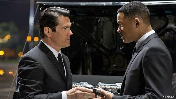Люди в черном 3 - И если черный человек едет в хорошей машине - это не значит, что он её угнал... Ну, эту я угнал, но не потому что я черный!