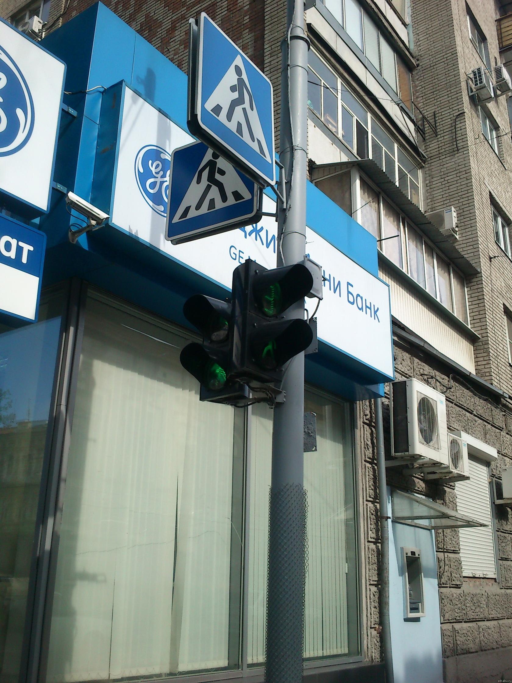 Как такое возможно? В Ростове-на-Дону, угол Братского и Садовой. Не раз видел, как этот светофор горит для всех пешеходов зеленым, а для всех машин красным. Почему так, кто знает?