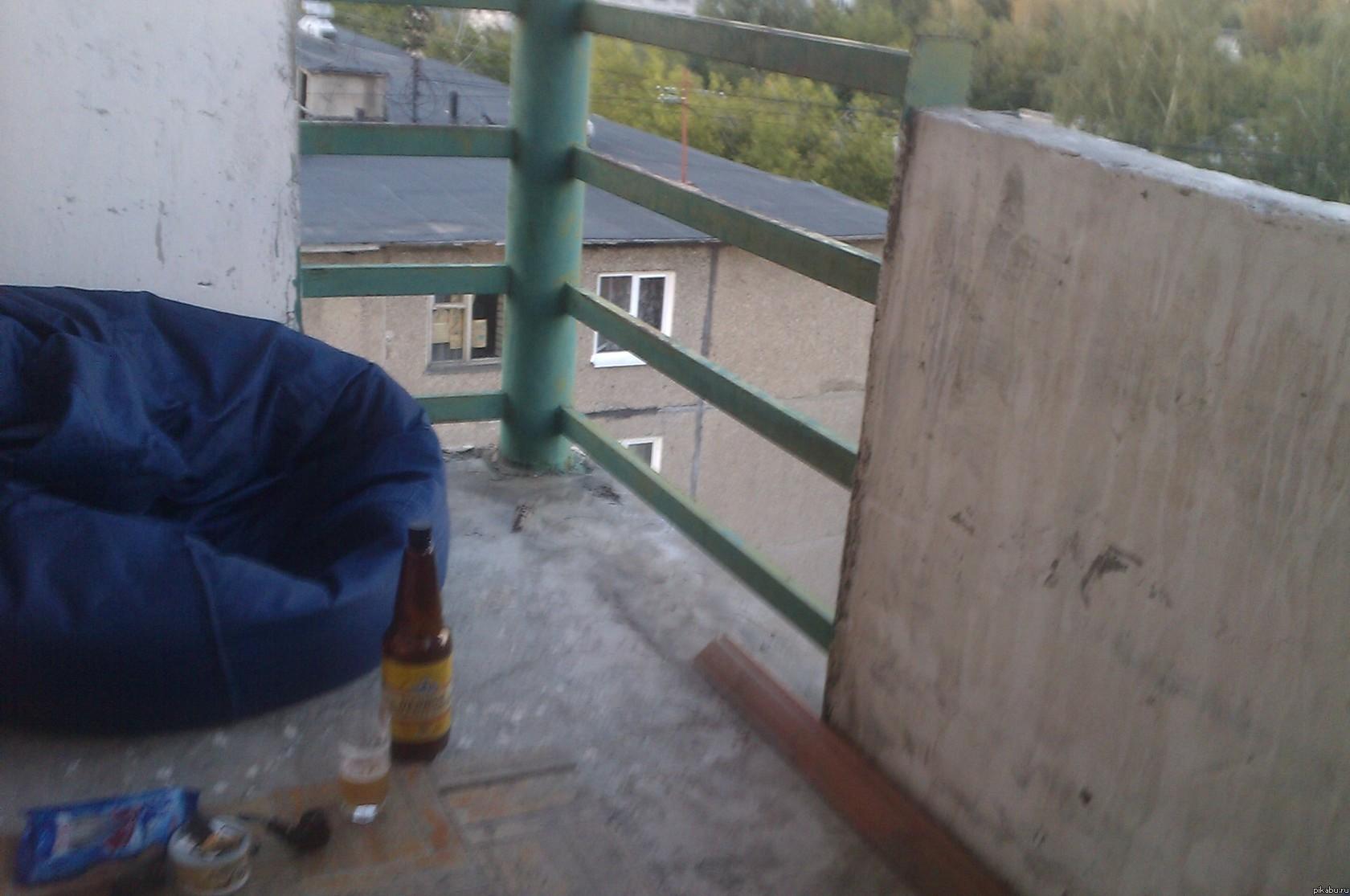 Вот как выглядит идеальное рабочее место на балконе. 7й этаж, вокруг 5ти-этажки одни. Нетбук в кресле, не видно, но он там есть.